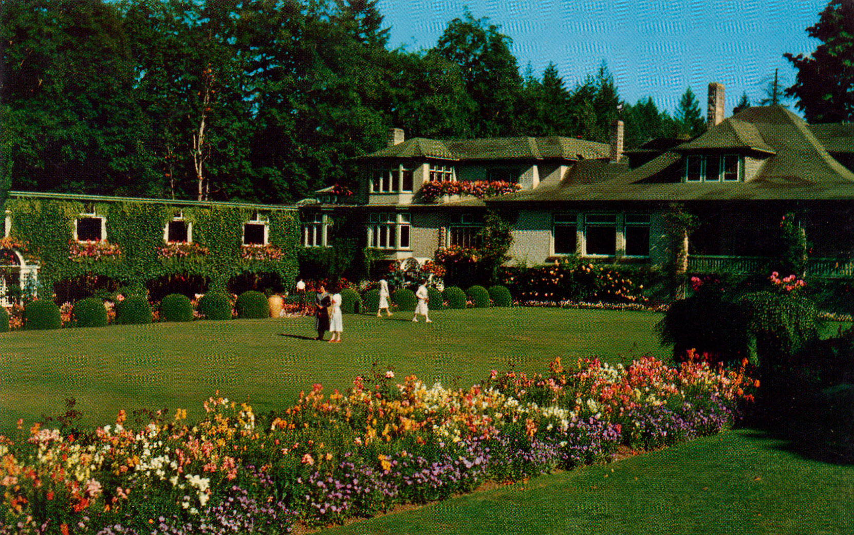 Postcard showing Benvenuto and the Italian Garden, circa 1950. This postcard was distributed by the Northern Pacific Railway. (Author's collection)