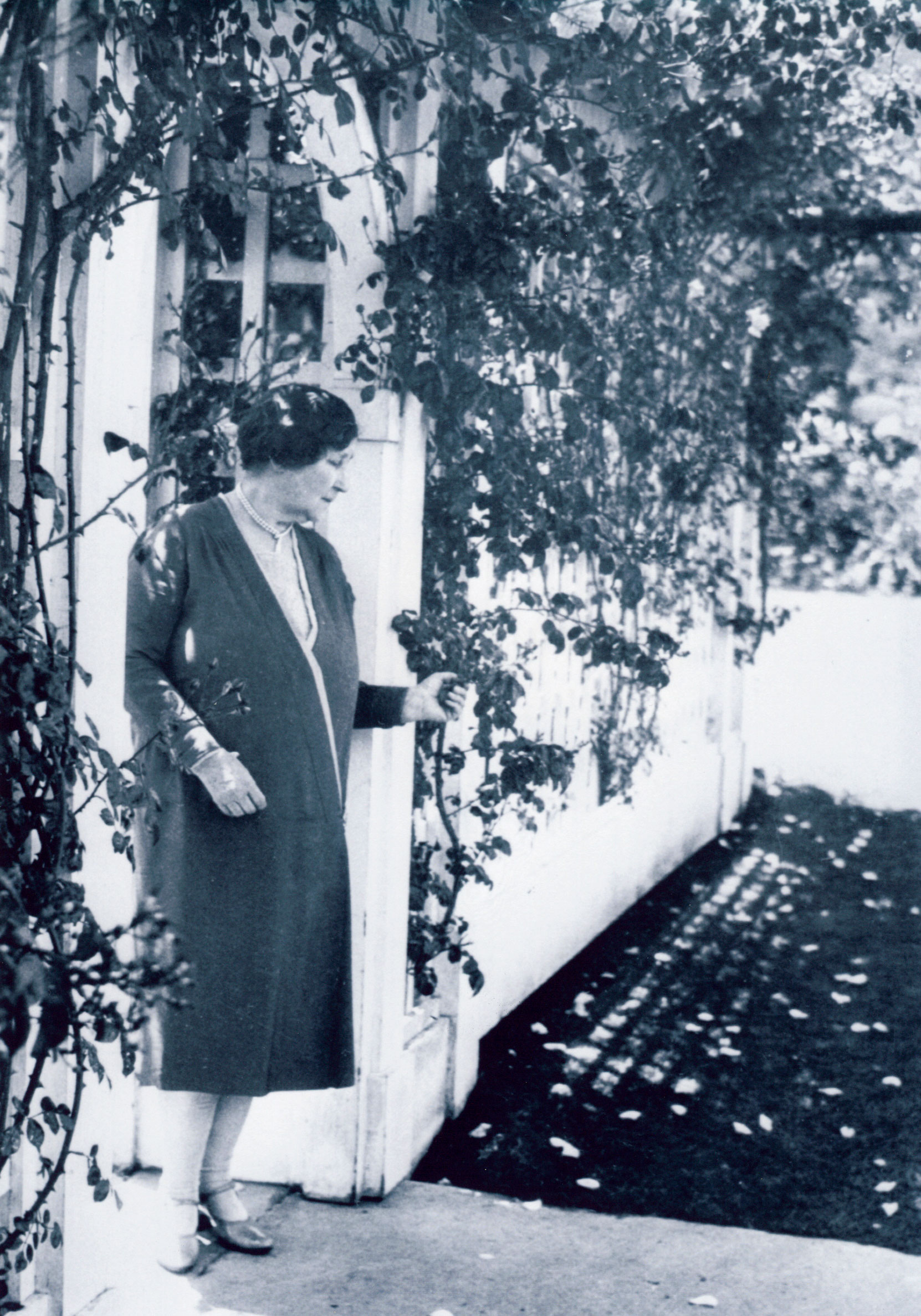 Jennie Butchart at the entrance to her Private Garden at Benvenuto, November 1921 (photo: Harry Upperton Knight)